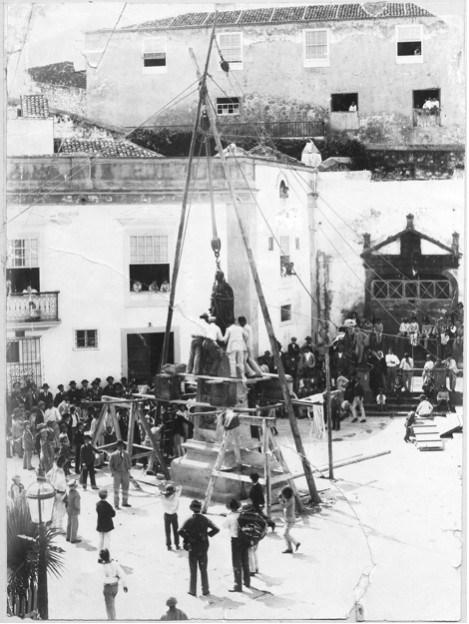 Imagen de la instalación de la escultura del padre Díaz