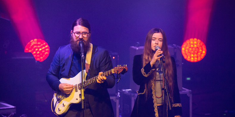 LONDON, ENGLAND - JANUARY 30: Matthew E White and Flo Morrissey perform at The Roundhouse on January 30, 2016 in London, England. (Photo by Rob Ball/Redferns)