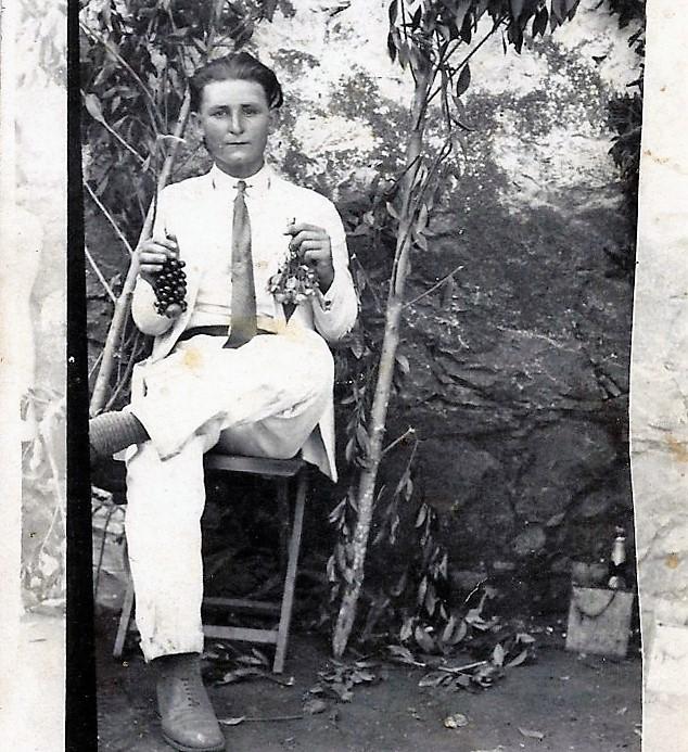El abuelo con el café cultivado en las manos.