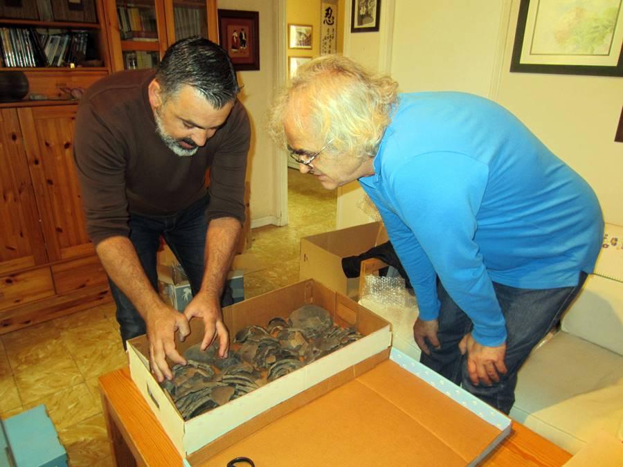 Domingo y Jorge Afonso, preparando los restos para su traslado a Benahoare.