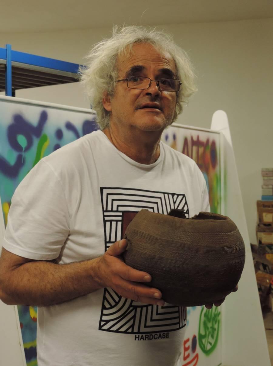 Domingo, con una de las vasijas donadas al Cabildo de La Palma.