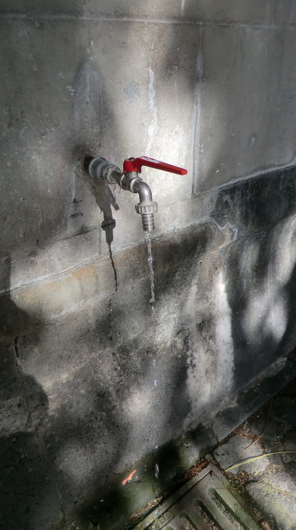 El ayuntamiento restringe de forma temporal el consumo de agua del grifo y recomienda usar la - Agua del grifo o embotellada ...