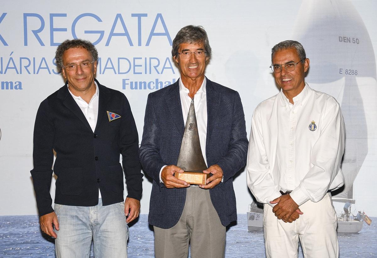 José Lino Tranquada Gomes, presidente de la Asamblea Legislativa de la Región Autónoma de Madeira recoge una cerámica tradicianal de La Palma.