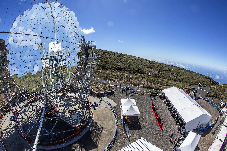 Ceremonia japonesa del corte de la cinta durante la inauguración del telescopio LST1. Crédito: Daniel López / IAC.