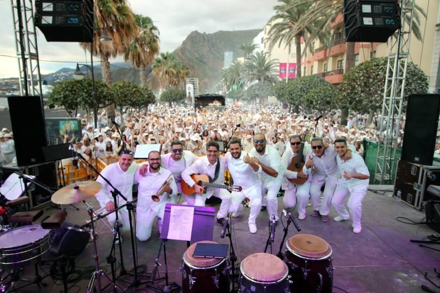 Otra foto de José Ayut del con música en directo en el Recinto del Carnaval.