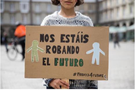 Una alumna portando su mensaje el 15 de marzo .