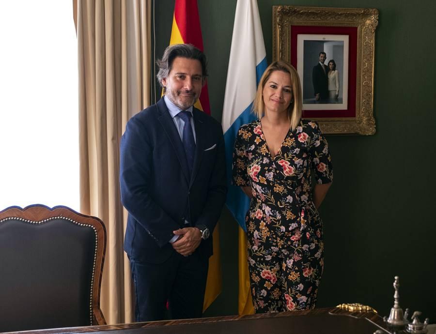 Resultado de imagen de pLa palmera Judit Bayarri toma posesión como diputada de Coalición Canaria en el Parlamento regional