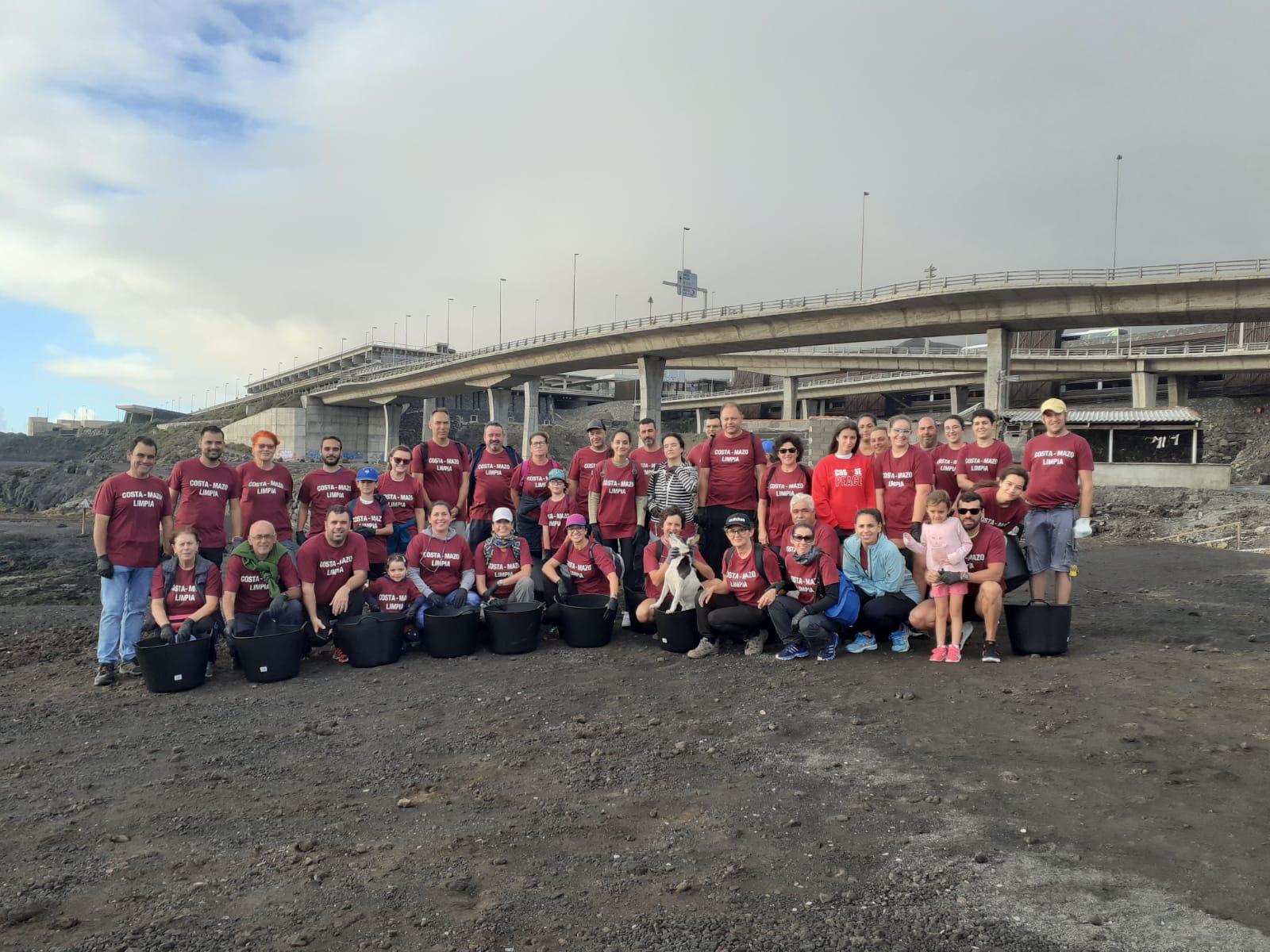Voluntarios participantes en la limpieza.