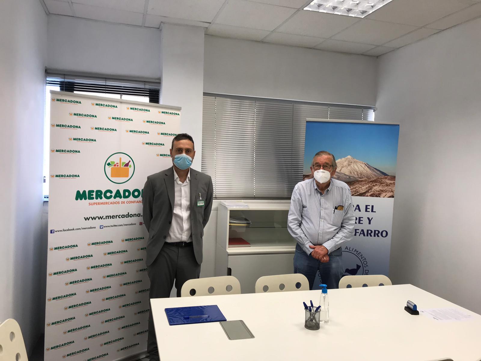 Un momento de la firma del convenio (BdA) Tenerife.