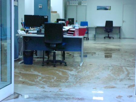 Las aguas fecales inundan la oficina del servicio canario de empleo por la lluvia el apur n - Oficina del servicio andaluz de empleo ...